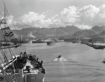1930s-1940s-ship-entering-honolulu